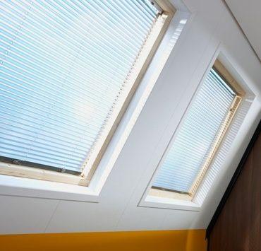 Plafondplaten rond een dakvenster