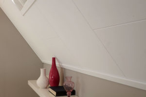 Kant-en-klare wandpanelen onder een schuin dak